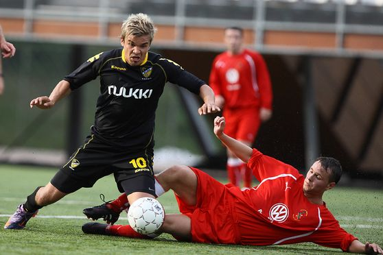 JAMI PUUSTINEN OF HONKA (LEFT) GETTING PENALTY SHOT FOR HIS TEAM. RIGHT MICHAEL JOHNSTON OF BANGOR DURING UEFA EUROPA LEAGUE MATCH FC HONKA-BANGOR CITY AT ISS STADIUM IN VANTAA FINLAND 15. JULY 2010. PHOTO: Matti Raivio/EASTPRESS